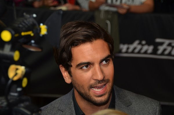 Elyas M'Barek im Interview auf einem roten Teppich während einer Premiere