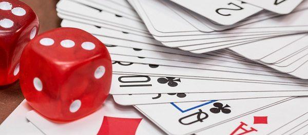 Kartenspiel und Würfel